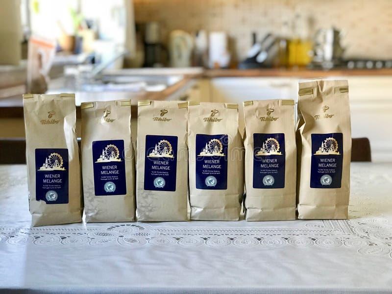 Costantinopoli, Turchia - 7 giugno 2017: Caffè di Tchibo in pacchetto alla cucina immagine stock