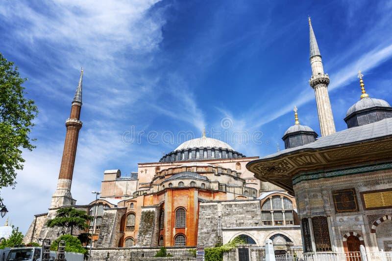 Costantinopoli, Turchia, 05/22/2019: La moschea di Hagia Sophia sui precedenti di cielo blu luminoso immagine stock libera da diritti