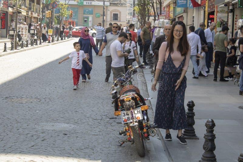 Costantinopoli, Turchia - 5 maggio 2019: Camminata dei turisti immagini stock libere da diritti