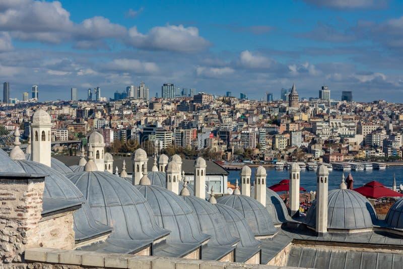 Costantinopoli, Turchia 09-November-2018 Cupole della moschea di Suleymaniye e viste del centro urbano e della torre di Galata immagini stock libere da diritti
