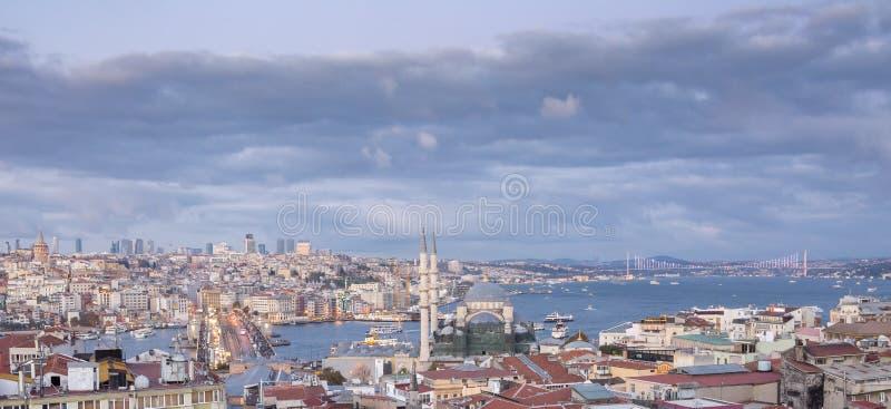 Costantinopoli, Turchia 10-November-2018 Panorama della città di Costantinopoli e di alcuni punti di riferimento: moschea, torre  fotografia stock