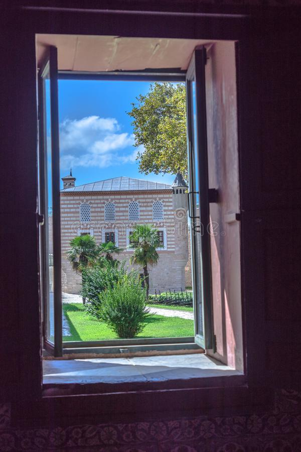Costantinopoli, Turchia, settembre 2018: Vista attraverso una finestra del museo nel secondo cortile su una costruzione nel prima immagine stock libera da diritti