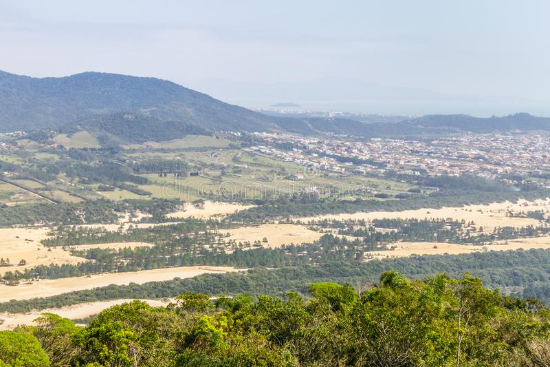 Costao vue font de Santinho et de Praia DOS Ingleses, montagne d'Aranha image stock