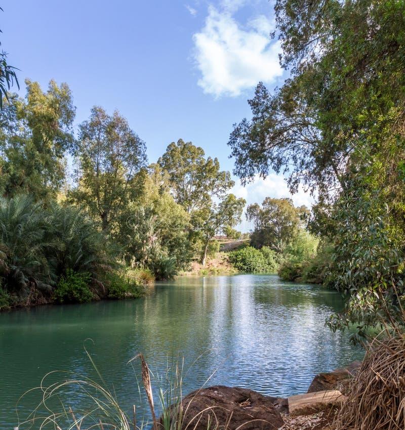 Costas de Jordan River no local batismal, Israel fotografia de stock