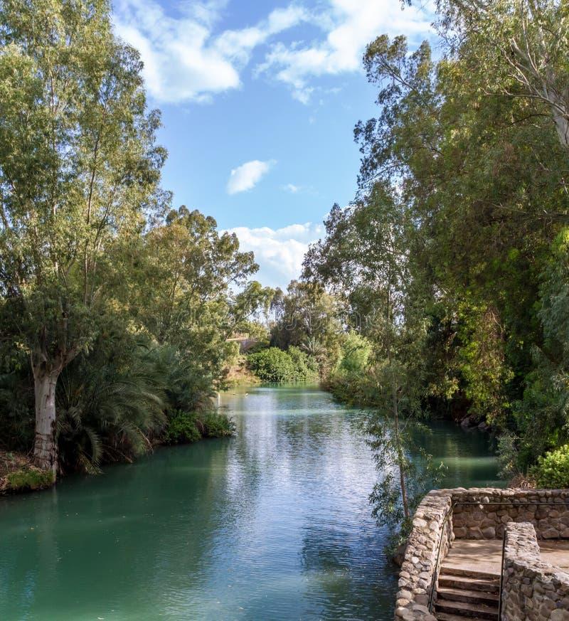 Costas de Jordan River no local batismal, Israel imagem de stock