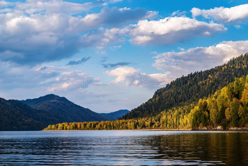 Costas de madera de un lago conducido en una noche de otoño imagen de archivo libre de regalías