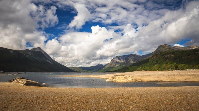 Costas do lago Gjevilvatnet, montanhas de Trollheimen, Noruega fotos de stock