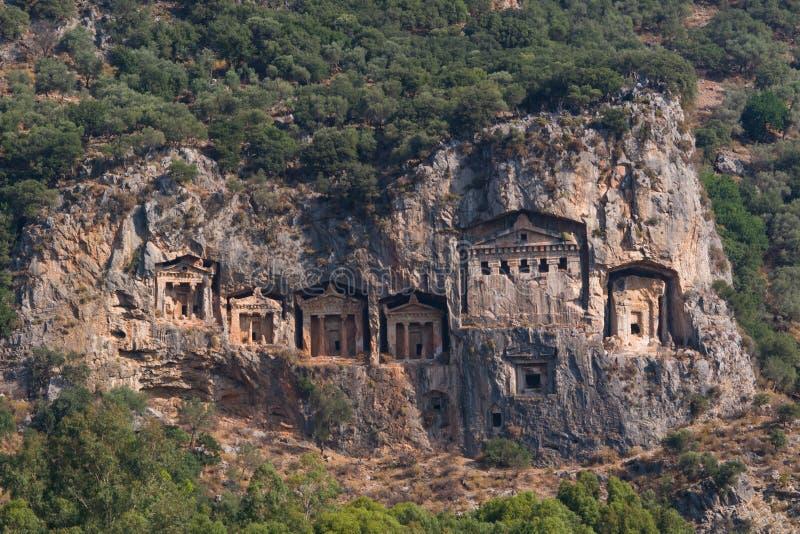 Costas rochosas do rio Dalyan em Turquia com os túmulos antigos de Lycian, foco seletivo imagens de stock