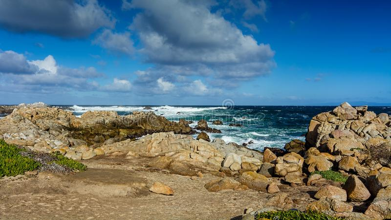 Costas rochosas perto península de Pebble Beach, Pebble Beach, Monterey fotografia de stock