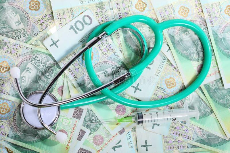Coste de atención sanitaria: estetoscopio en el dinero polaco fotografía de archivo libre de regalías