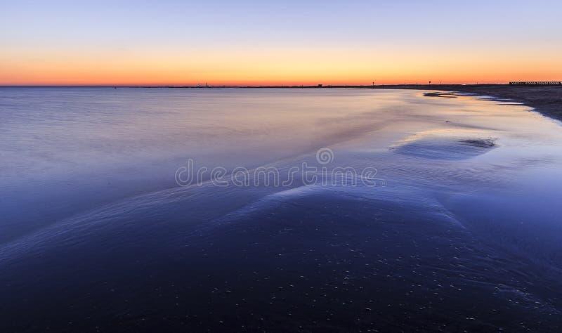 Costee la playa en el mar Caspio cerca de Baku en la salida del sol azerbaijan foto de archivo