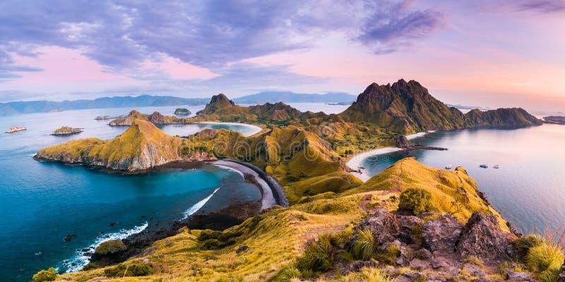 Costeggi la vista dell'isola di Padar in una mattina nuvolosa fotografie stock