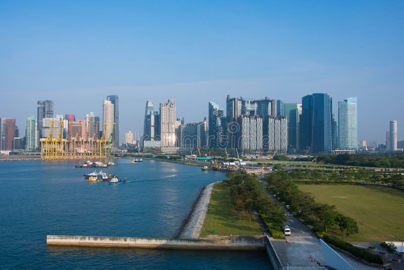 Costeggi le gru della porta e la visualizzazione della città di Singapore fotografie stock