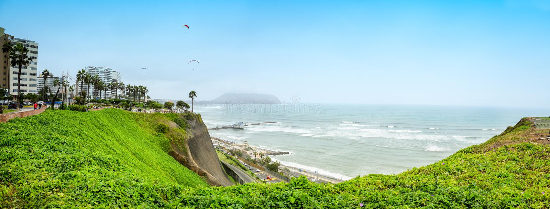 Costeie a linha em Miraflores distric em Lima, Peru imagens de stock royalty free
