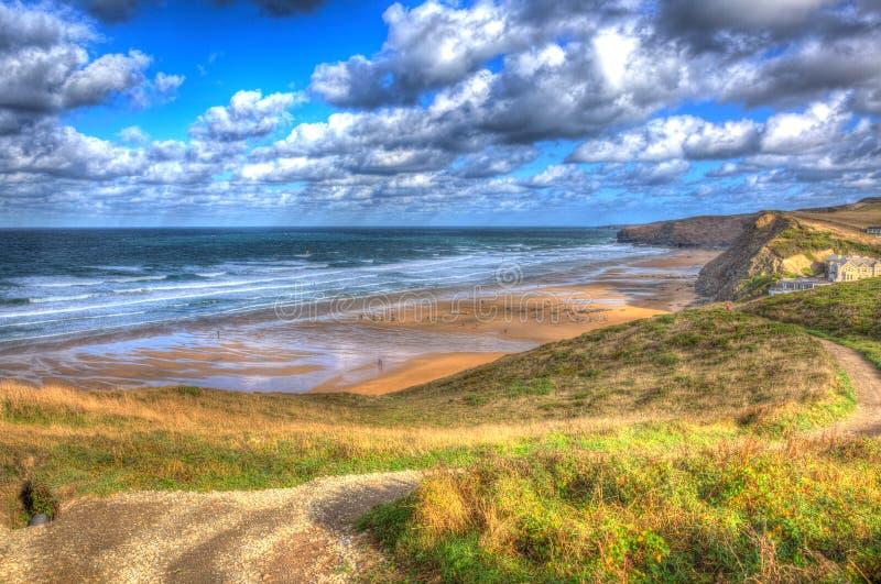 Costeie na baía Cornualha Inglaterra Reino Unido de Watergate entre Newquay e Padstow em HDR colorido imagens de stock