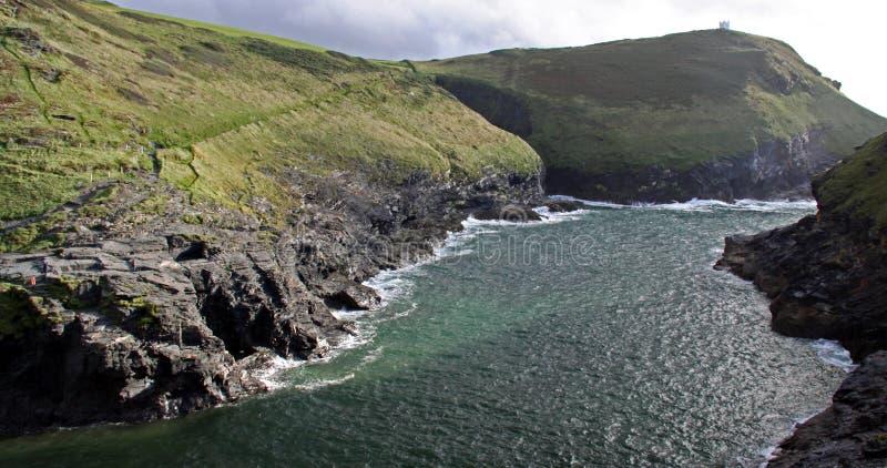 Costeie a vista de penhascos e da angra rochosos, Cornualha, Reino Unido fotografia de stock royalty free
