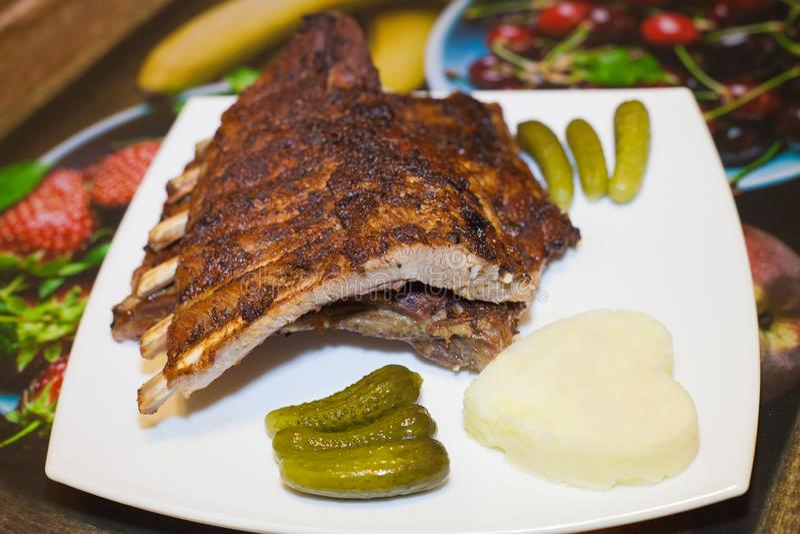 Costelas de carne de porco com molho adjika picante fotografia de stock royalty free