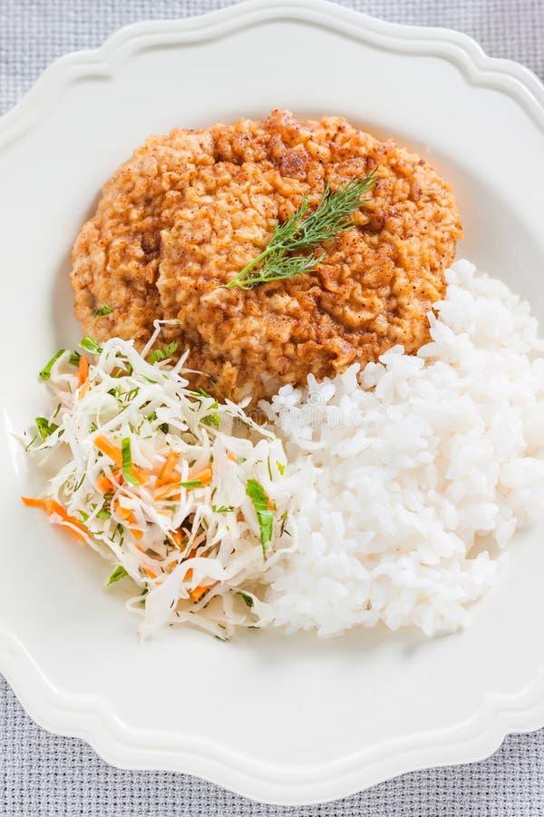 Costeleta de carne de porco com arroz e salada de repolho fotografia de stock