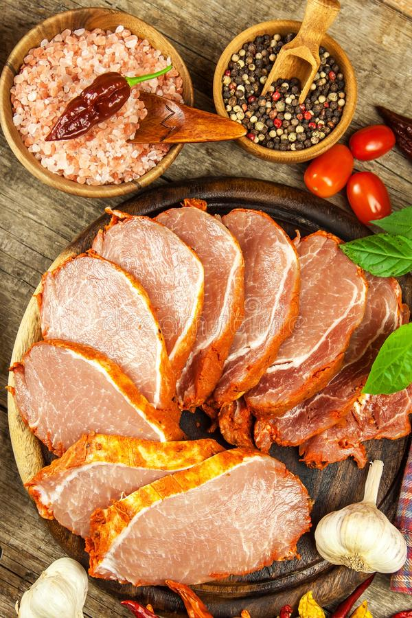 Costeleta de carne de porco crua com ou marinada Preparação da casa da carne para grelhar Preparação de alimento fotos de stock royalty free