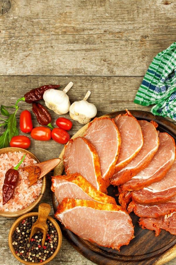Costeleta de carne de porco crua com ou marinada Preparação da casa da carne para grelhar Preparação de alimento fotos de stock