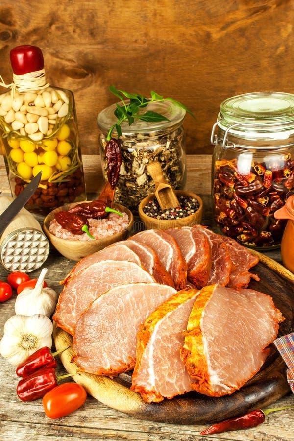 Costeleta de carne de porco crua com ou marinada Preparação da casa da carne para grelhar Preparação de alimento imagens de stock
