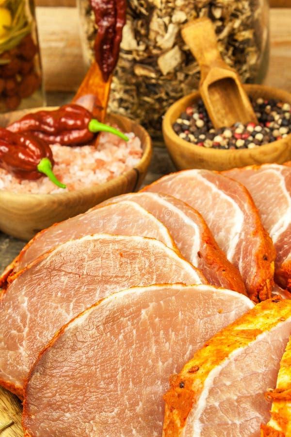 Costeleta de carne de porco crua com ou marinada Preparação da casa da carne para grelhar Preparação de alimento imagens de stock royalty free