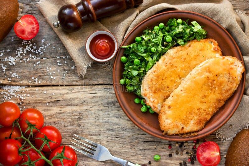 Costeleta de carneiro da galinha com ou cordon bleu com salada verde e cherr imagens de stock royalty free