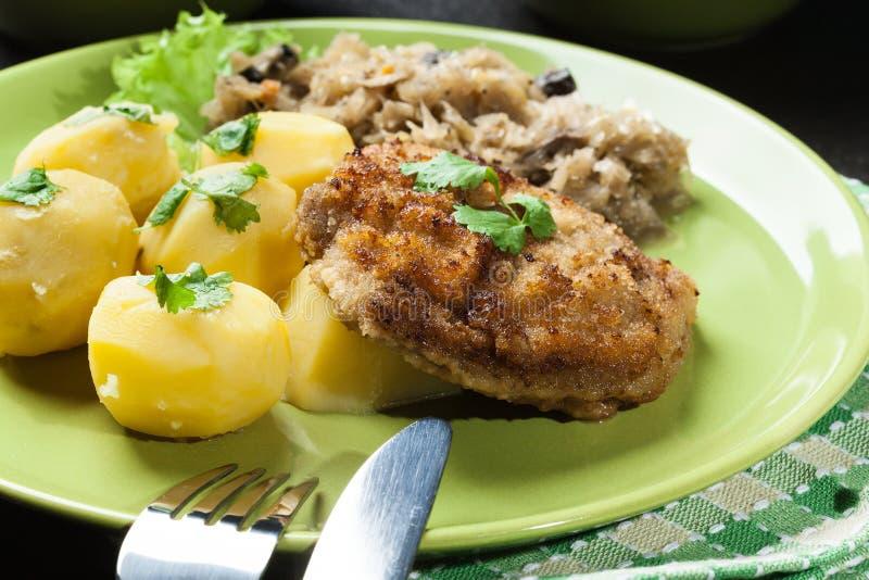 Download A Costeleta De Carneiro Fritada Da Carne De Porco Serviu Com Batatas Fervidas E Fritou Sauer Foto de Stock - Imagem de parcela, cogumelo: 65576196