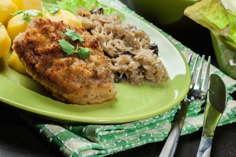 Download A Costeleta De Carneiro Fritada Da Carne De Porco Serviu Com Batatas Fervidas E Fritou Sauer Foto de Stock - Imagem de cebola, repolho: 65576234