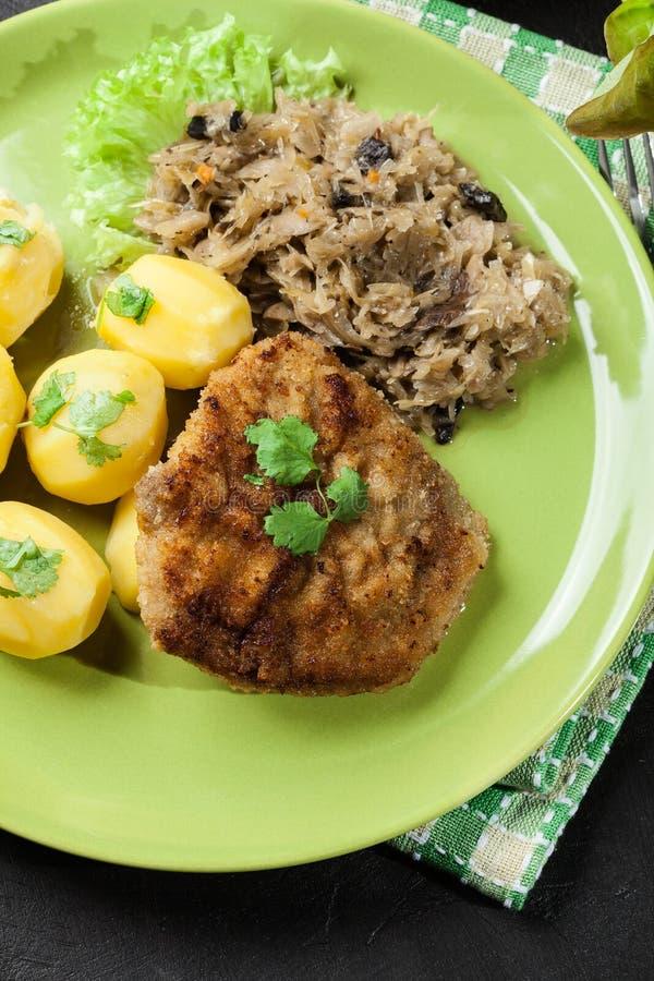 Download A Costeleta De Carneiro Fritada Da Carne De Porco Serviu Com Batatas Fervidas E Fritou Sauer Imagem de Stock - Imagem de breaded, cozinhado: 65576243