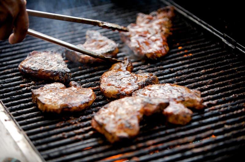 Costeletas de carne de porco suculentas em uma grade imagem de stock royalty free