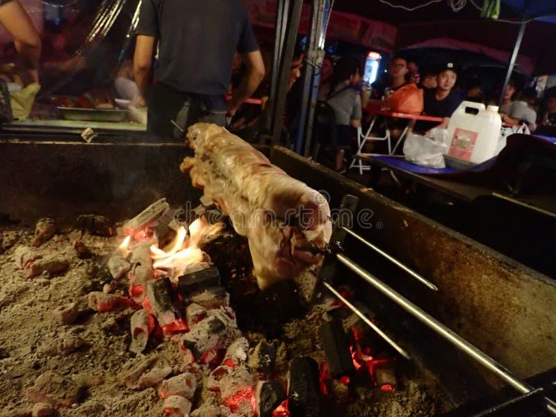Costeletas de carne de porco locais da grade do BBQ que vendem no alimento da rua em Penampang, Sabah born?u fotografia de stock