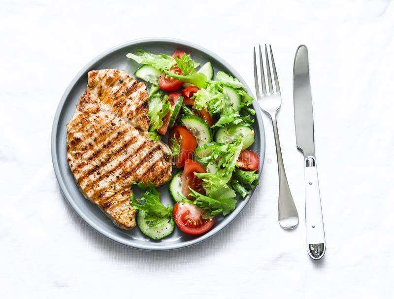 Costeletas grelhadas do peru e salada em um fundo claro, vista superior dos vegetais conceito saud?vel da dieta de alimento fotografia de stock