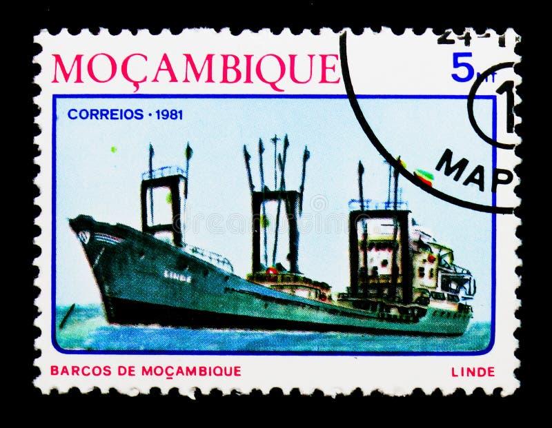 ` Costero de Linde del ` del freightship, naves del serie de Mozambique, circa 1981 foto de archivo