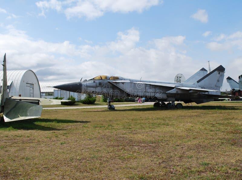 Costes de equipo militares debajo del cielo abierto Objeto expuesto del museo técnico K g Sakharova en la ciudad de Togliatti foto de archivo