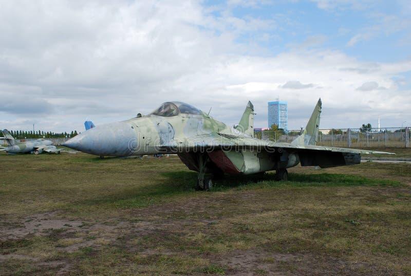 Costes de equipo militares debajo del cielo abierto Objeto expuesto del museo técnico K g Sakharova en la ciudad de Togliatti imagen de archivo