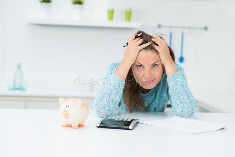 Costi calcolatori del houshold della donna immagine stock libera da diritti