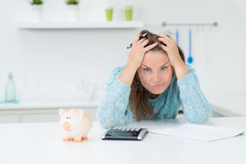Costi calcolatori del houshold della donna immagini stock libere da diritti