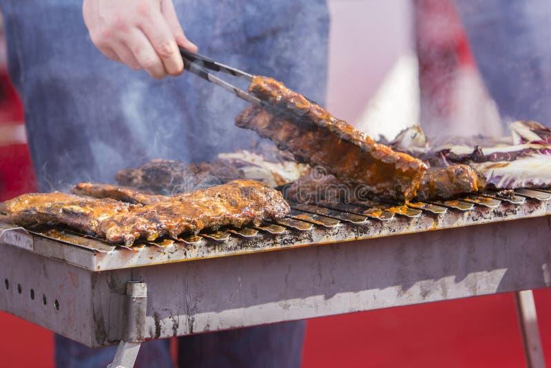 Costillas de cerdo asadas a la parrilla Bbq del cocinero fotos de archivo