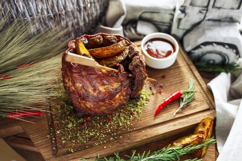 Costillas de cerdo con la patata foto de archivo