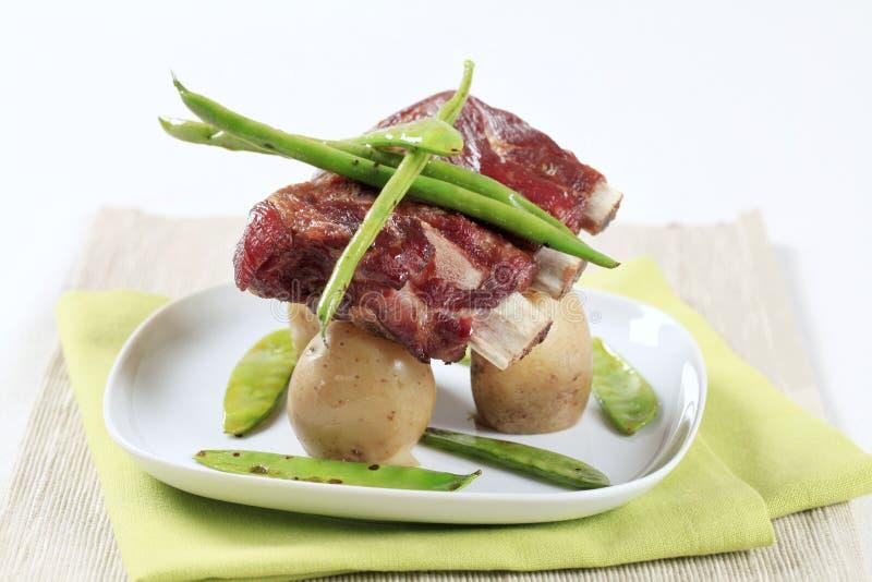 Costillas y patatas de cerdo imagen de archivo libre de regalías