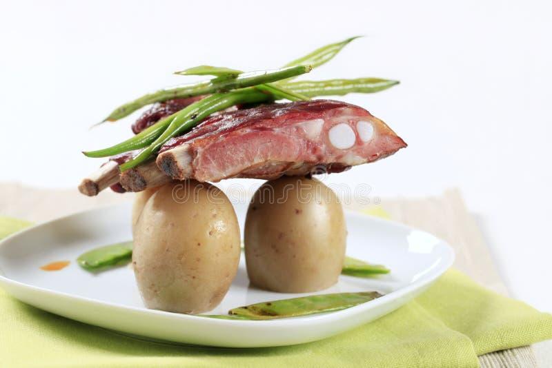 Costillas y patatas de cerdo imágenes de archivo libres de regalías