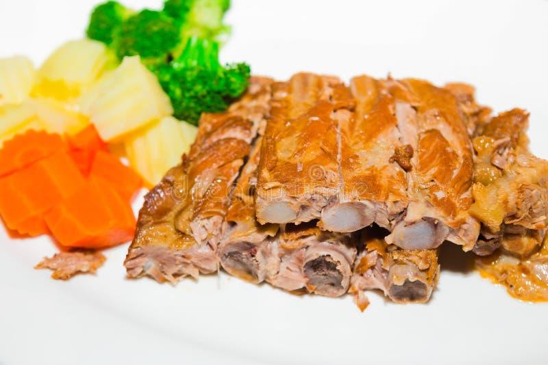 Costillas y verduras de cerdo de la barbacoa fotografía de archivo libre de regalías
