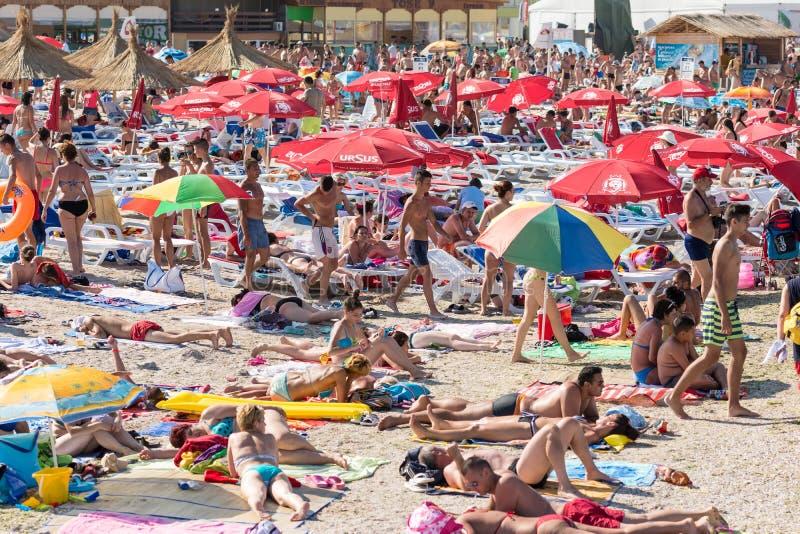 Costinesti海滩拥挤与人 免版税库存照片