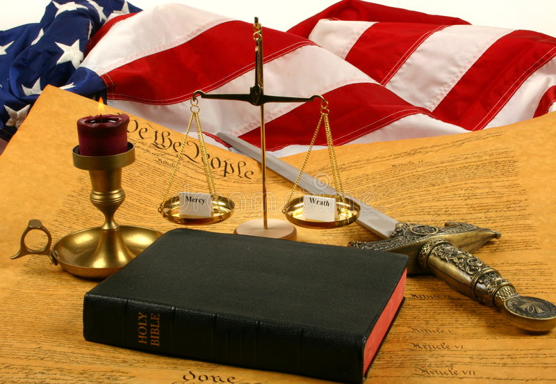 Costituzione di Stati Uniti, bibbia, scale che pesano misericordia e rabbia e bandierina fotografia stock libera da diritti