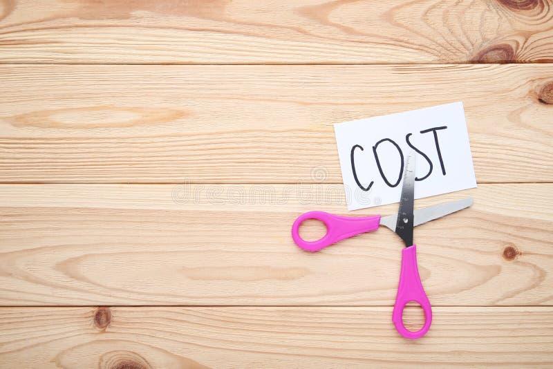 Costo e forbici di parola fotografia stock