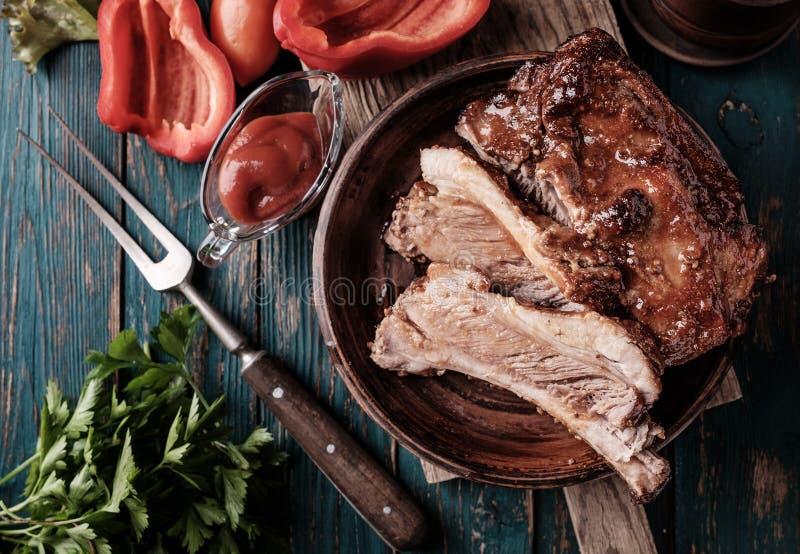 Costole arrostite col barbecue deliziose esperte con una salsa d'unto piccante fotografie stock