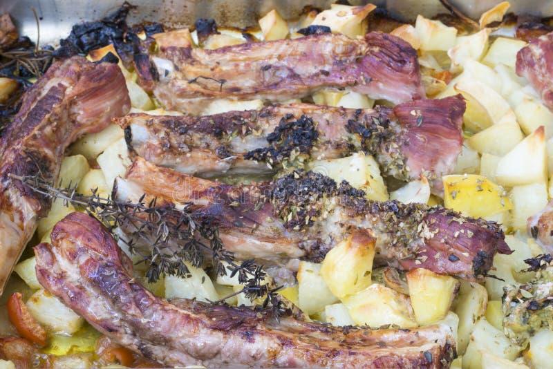 Costole arrostite della carne di maiale con le patate immagini stock