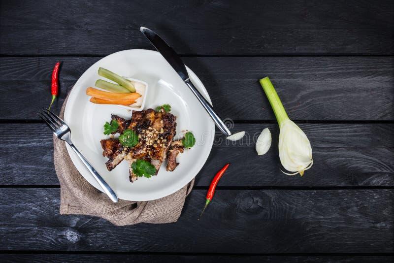 Costole del barbecue con le verdure e la salsa fotografia stock libera da diritti