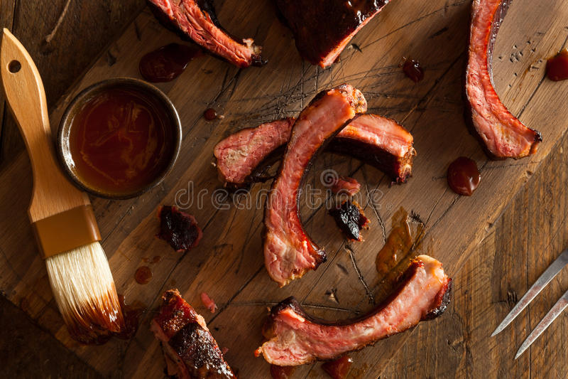 Costole di carne di maiale affumicate casalinghe del barbecue fotografie stock libere da diritti
